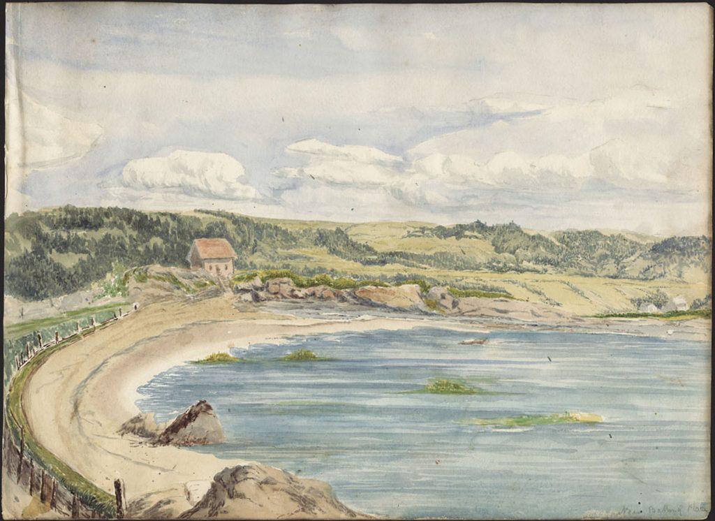 Aquarelle dépeignant une plage de sable incurvée, ceinte d'une clôture en bois la séparant d'un chemin piétonnier longeant le rivage au bout duquel on aperçoit une maison. Le paysage est vallonné, sous un ciel nuageux.