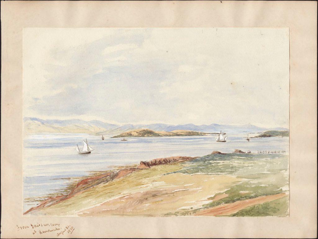 Une aquarelle aux tons pâles représentant une vue sur le fleuve avec un chemin de terre au premier plan, des voiliers voguant sur l'eau; au loin, une île et la côte sous un ciel incolore.