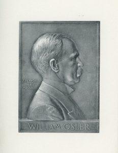 Photographie de la gravure grise d'un buste de William Osler, adulte. Profil droit de l'homme. Il porte un veston avec une chemise au collet monté et une cravate. Il a une moustache imposante et les cheveux courts. À gauche de l'homme, l'inscription « F. Vernon – Paris MDCCCIII », au bas de la gravure, on lit « William Osler ».