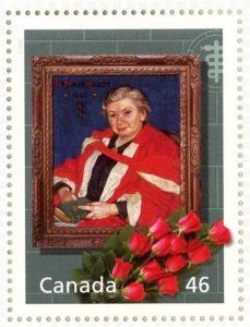 Timbre de Maude Abbott, couleur. Il représente un cadre en bois de Maude Abbott, âgée, portant une cape rouge et tenant un livre, avec l'inscription « Dr. Maude Abbott 1940 » à la gauche de son portrait. Le cadre est devant un mur de briques gris-vert avec le bâton d'Asclépios à droite. Devant le cadre, 12 roses rouges sont déposées et on lit l'inscription « Canada » et « 46 » en blanc dans les coins inférieurs gauche et droit.