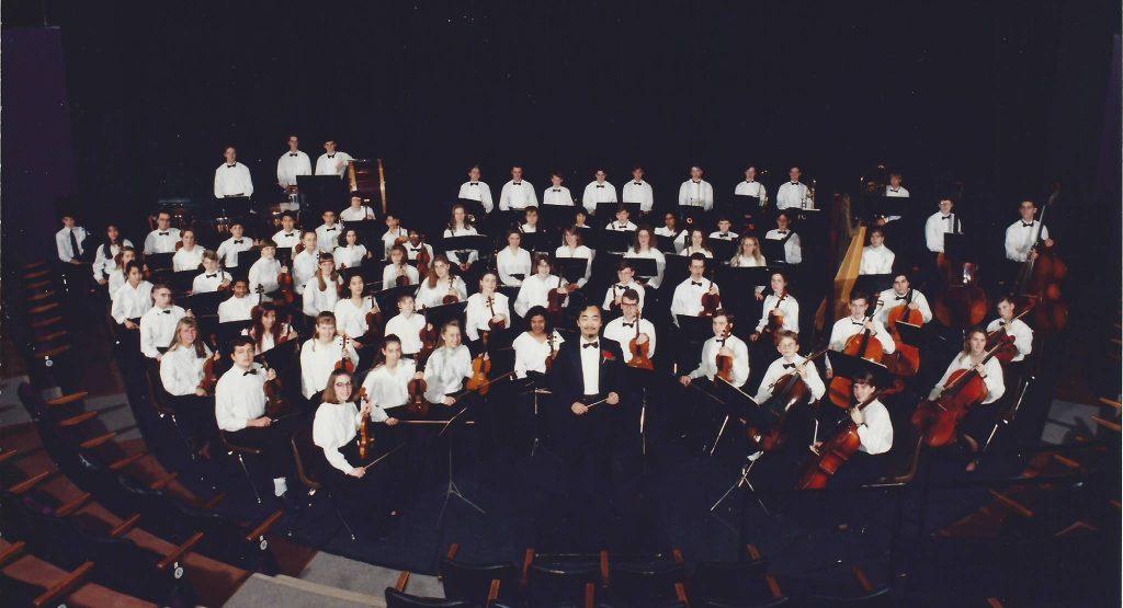 Des membres de NYO avec Tak ng Lai, le chef d'orchestre