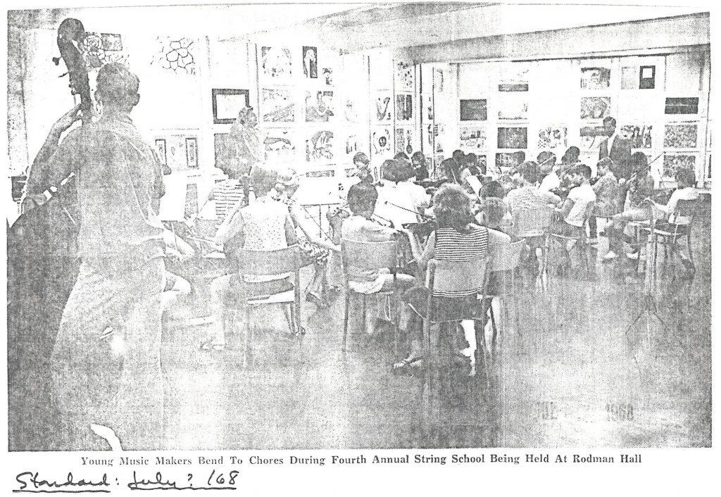 La photo a été prise derrière d'orchestre à l'école des cordes d'été.