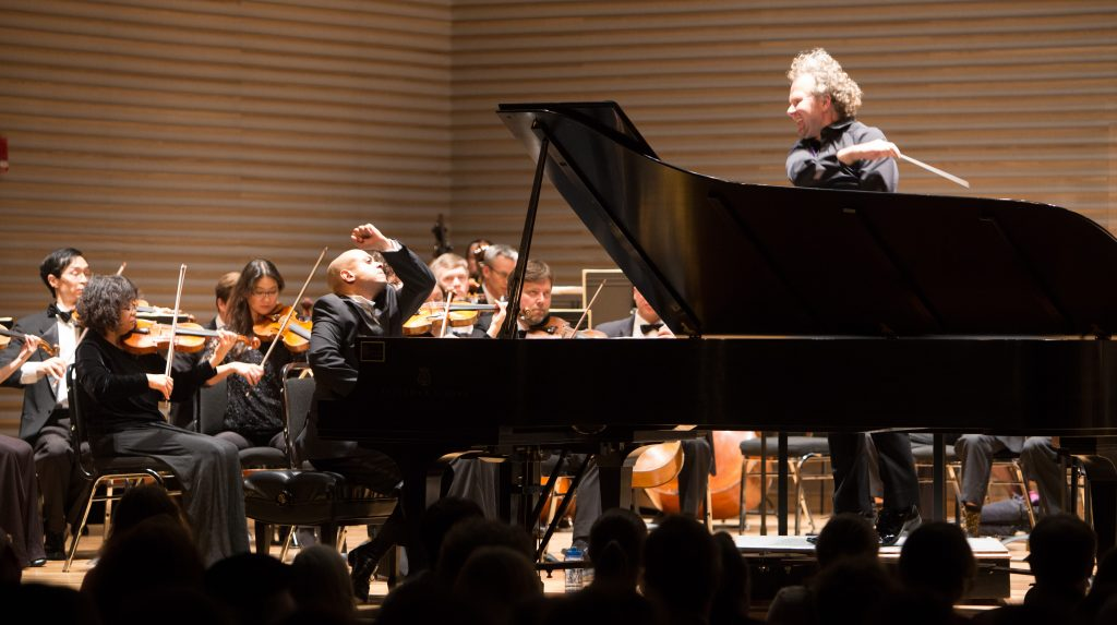 Stewart Goodyear plays piano with orchestra	Stewart Goodyear joue du piano avec l'orchestre