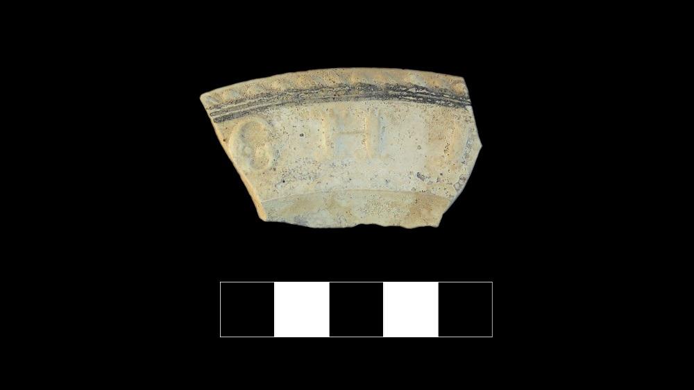 Bord d'assiette avec des inscriptions moulées