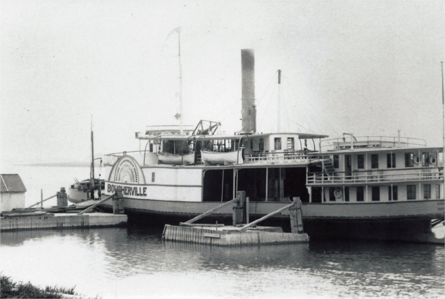 A photo taken around 1920 of a moored boat preparing to cross the river between Longue-Pointe, Boucherville and Varennes.