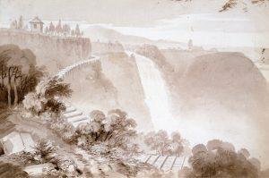 Reproduction d'un dessin au crayon et au lavis marron montrant le haut de la chute Montmorency à l'arrière-plan, ainsi que la falaise et la nature environnante. Un corridor d'eau fait de bois longe le haut de la falaise.