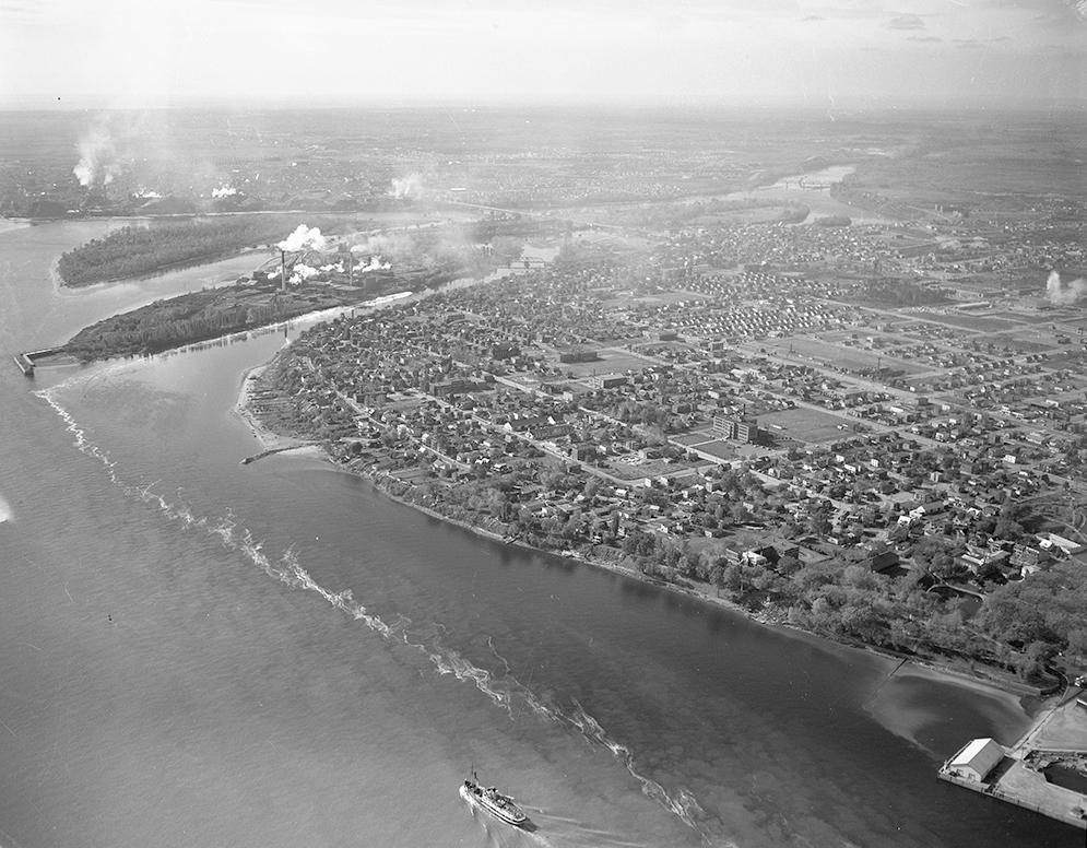 Vue aérienne du confluent entre la rivière Saint-Maurice et le fleuve Saint-Laurent. À cet endroit précis, deux îles séparent le Saint-Maurice en trois branches.