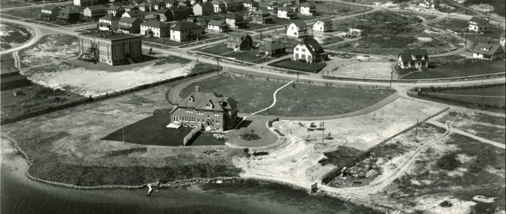 Black-and-white photograph of the eastern part of Noranda city. On the upper left, you can see a cluster of traditional houses. On the bottom right, you can see luxurious houses.