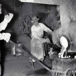 Travailleur minier effectuant une coulée d'or en mai 1946
