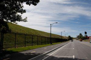 Le mur vert de Malartic, une grande berme étendue de gazon