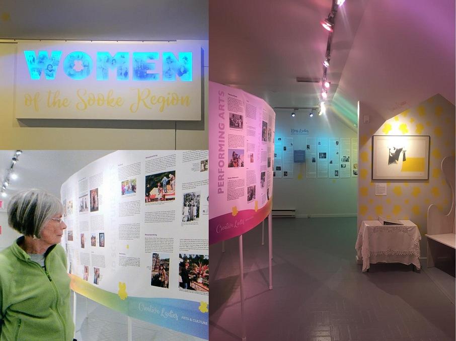 Un collage de trois images : en haut à gauche, une image de l'enseigne lumineuse située à l'entrée d'une partie de la galerie. On y lit, en lettres lumineuses bleues, le mot « WOMEN » (femmes) et, sur la ligne inférieure de l'enseigne, en lettres de vinyle jaune : « of the Sooke Region » (de la région de Sooke). Sur l'image située en bas à gauche du collage, une femme regarde un élément de l'exposition constitué de paragraphes de texte et de photos. Sur la moitié droite du collage, se trouve une photo où l'on voit une salle d'exposition avec, à gauche, un affichage de texte et de photos; au centre, le mur du fond aussi couvert d'éléments d'exposition et, du côté droit, une table et une peinture suspendue au-dessus de celle-ci. Des ampoules colorées éclairent, du plafond, les éléments de l'exposition.