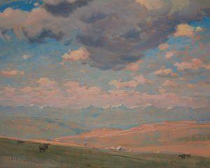Peinture à l'huile d'un paysage des Prairies avec des montagnes et un ciel spectaculaire, couvert de nuages mais bleu au loin; petits animaux et bâtiments au milieu du terrain.