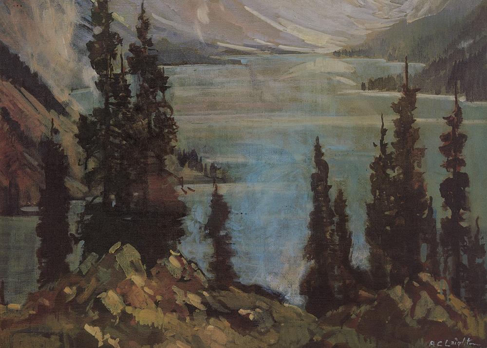 Huile d'un lac dans une vallée en montagne avec des arbres et des rochers au premier plan.