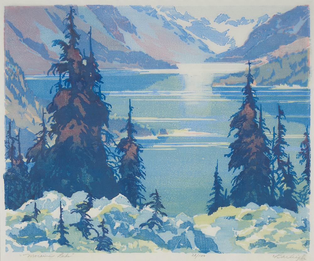 Estampe d'un lac dans une vallée de montagne avec des arbres et des rochers au premier plan.