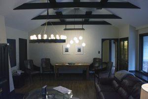 Photo couleur d'une salle de séjour meublée avec un haut plafond en pointe.