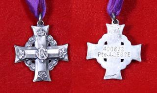 Une croix grecque en argent. À l'avers : le chiffre royal au centre, des feuilles d'érable à l'extrémité de chaque bras et une guirlande de laurier derrière la croix; au revers : la même croix, plate, avec le numéro de matricule et le nom du soldat gravés.