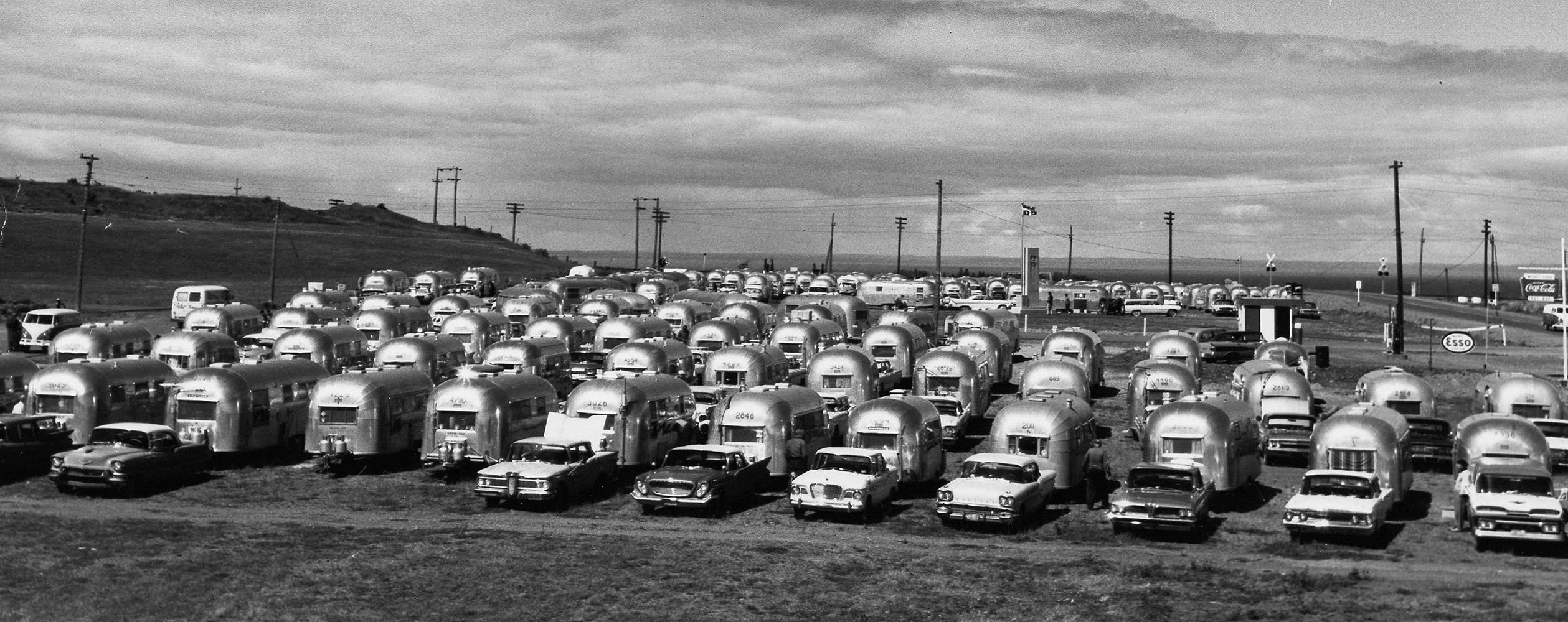 Under a cloudy sky, more than fifty aluminum caravans, the same model Airstream Clipper are aligned in several rows in a field of the city of Mont-Joli.