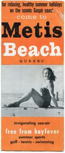 Page couverture du pamphlet touristique de Métis-sur-Mer. Sur un fond un orange il est écrit, dans une alternance de noir et blanc for relaxing, healthy summer holidays on the scenic Gaspé coast come to Metis Beach Quebec invigorating sea-air free from hayfever summer sports golf – tennis – swimming. Une photographie noir et blanc d'une jeune femme en maillot de bain assise du la plage divise le texte en deux sections.