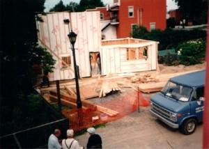 Plan large de la charpente d'un bâtiment en construction.