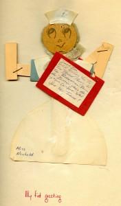 Une poupée de papier représentant une infirmière tenant une invitation.