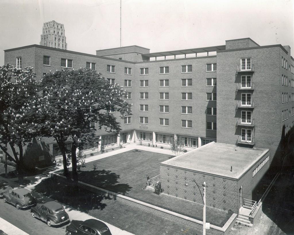 L'extérieur de l'immeuble vu d'en haut, montrant la rue et les voitures en bas.