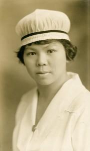 Portrait officiel d'une jeune femme portant un uniforme d'infirmière complet.
