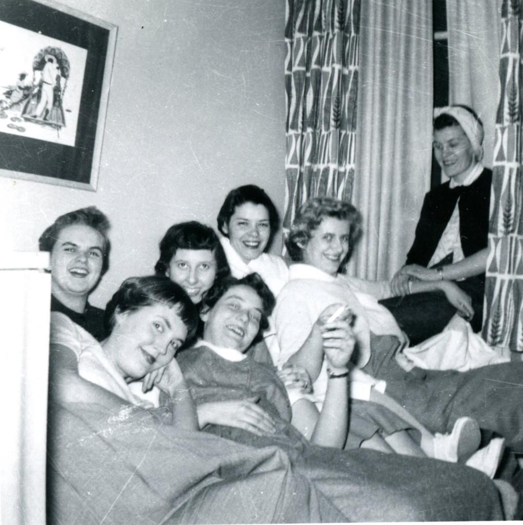 Sept jeunes femmes portant des vêtements décontractés rient et se détendent.
