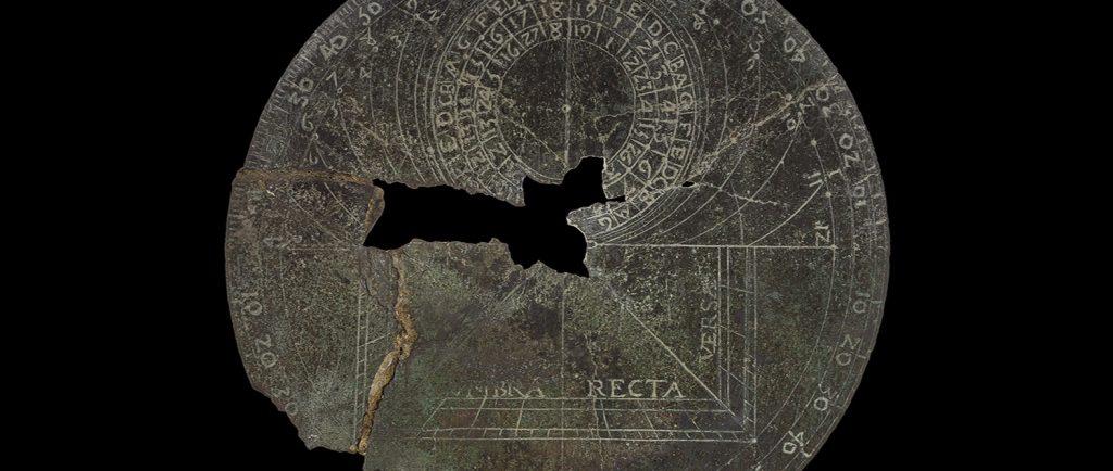Colour image of European Astrolabe. Circular, missing middle fragment. - Photographie en couleurs d'un astrolabe européen, de forme circulaire. La partie centrale est manquante.